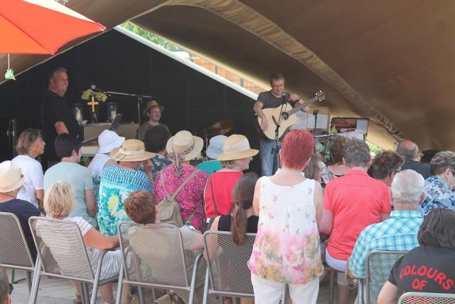 Pfarrer Waap und PopKantor Weber verbreiten Ihre Lieder